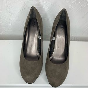 Mossimo Taupe Micro Suede Platform Pumps Size 7.5